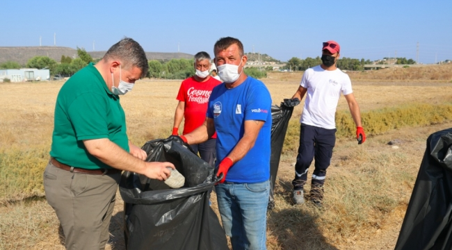 """Başkan Oran çöp topladı: """"Kentimizi temiz tutalım"""" mesajı verdi"""