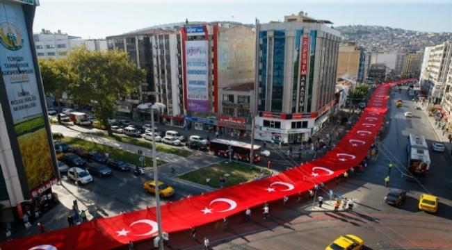 İzmir'de dev bayrakla kurtuluş korteji!