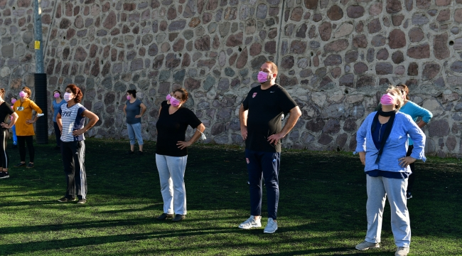 Çiğli Belediyesi'nden meme kanseri için pembe maskeyle plates