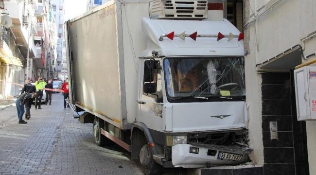 Freni boşalan kamyon doğalgaz borusuna çarptı, faciadan dönüldü