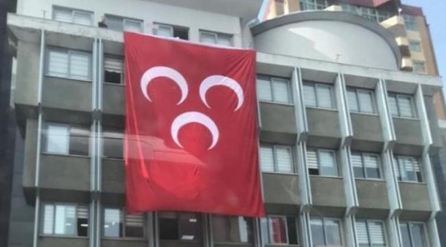 İYİ Parti'li belediye MHP bayrağı astı
