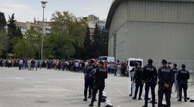 İzmir Barosu'nun Genel Kurulu'na barikatlı abluka!