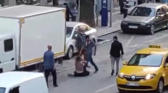 İzmir'de utanç görüntüler: Sokak ortasında şiddete tepkisiz kaldılar!