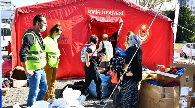 Büyükşehir parklardaki çadırları Bayraklı'daki alana taşıyor