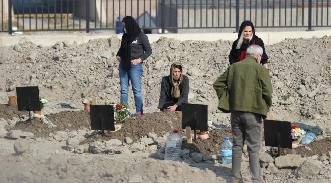 İzmir depreminde hayatını kaybedenler mezarı başında anıldı