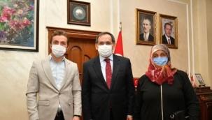 Karantinada olması gereken AK Parti'li başkan meydanlarda yakalandı