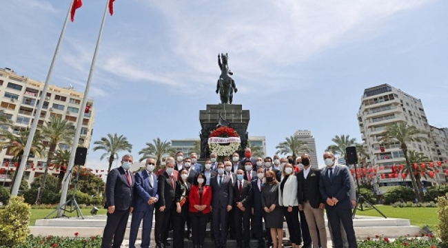 CHP İzmir 23 Nisan'ı atasının huzurunda kutladı