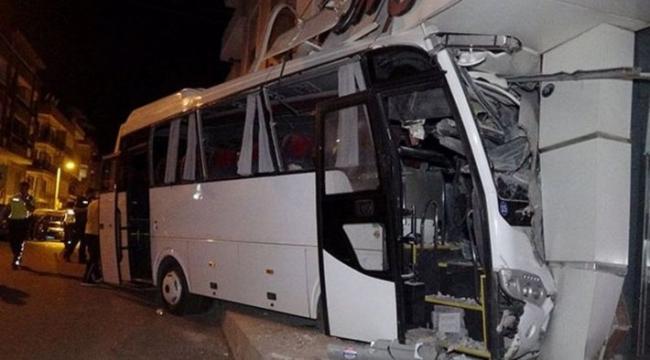 İzmir'de servis midibüsü mobilya mağazasına girdi: 12 yaralı